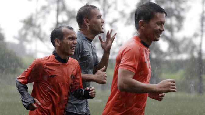 Pemain Persija Jakarta melakukan latihan di Lapangan NYTC, Sawangan, Depok, Kamis (16/1/2020). Hujan deras beserta petir membuat latihan Persija Jakarta kali ini hanya berlangsung sekitar 25 menit. (Bola.com/M Iqbal Ichsan)