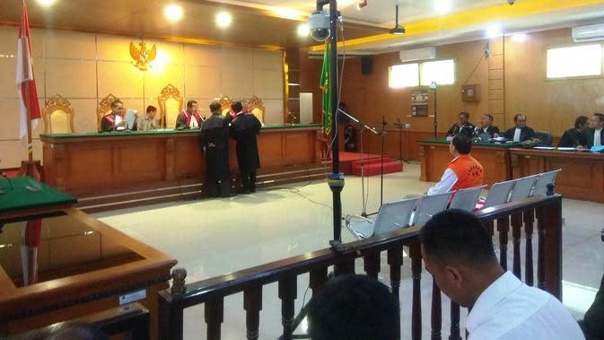 Sekda nonaktif Jawa Barat Iwa Karniwa menjalani sidang perdana kasus suap sebesar Rp 900 juta dari PT Lippo Cikarang untuk memuluskan izin proyek Meikarta di Pengadilan Tipikor, Bandung, 13 Januari 2020.(Liputan6.com/Arie Nugraha)