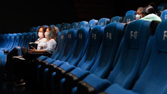 Penonton bioskop menunggu dimulainya sebuah film di teater dengan hanya segelintir orang, di bioskop Cineteca Nacional di Mexico City, Rabu (12/8/2020). Setelah ditutup hampir lima bulan akibat Corona, bioskop di ibu kota Meksiko dibuka kembali dengan kapasitas 30 persen (AP Photo/Rebecca Blackwell)