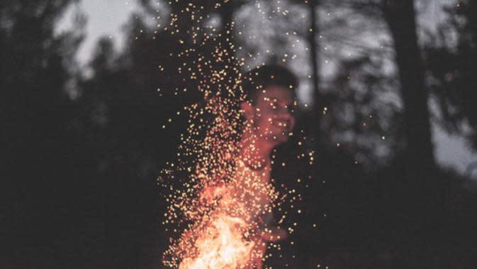 Api unggun di malam hari. (Via: tumblr.com)