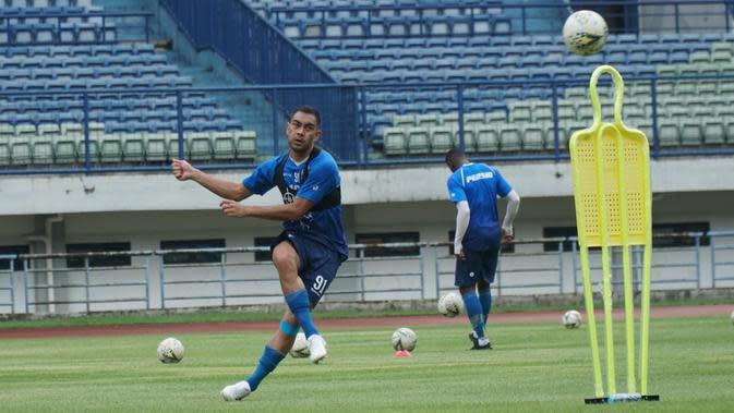 Gelandang Persib Bandung Omid Nazari menjalani sesi latihan di Stadion Gelora Bandung Lautan Api (GBLA), Rabu (22/1/2020).