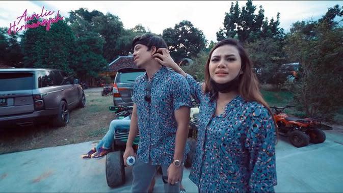 Momen Atta Halilintar dan Aurel Hermansyah Naik ATV di Jogja. (Sumber: YouTube/Aurelie Hermansyah)