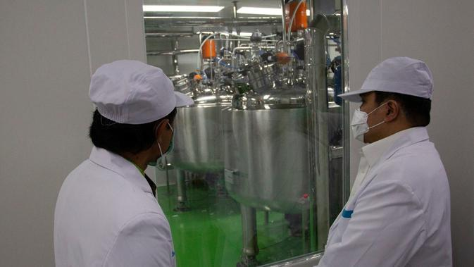 Menteri BUMN Erick Thohir saat meninjau laboratorium dan fasilitas produksi Bio Farma untuk memastikan kesiapan uji klinis fase 3 calon vaksin Covid-19 hasil kolaborasi bersama Sinovac di Bandung, Jawa Barat, Selasa (4/8/2020). Dok BUMN