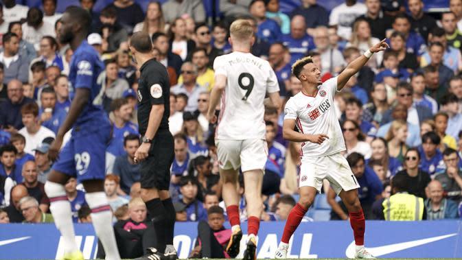 Striker Sheffield United, Callum Robinson, merayakan gol yang dicetaknya ke gawang Chelsea pada laga Premier League di Stadion Stamford Bridge, London, Sabtu (31/8). Kedua klub bermain imbang 2-2. (AP/John Walton)