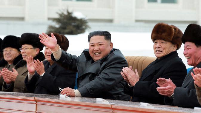 Pemimpin Korea Utara Kim Jong-un (tengah) melambaikan tangan saat menghadiri upacara peresmian Kota Samjiyon di Korea Utara, Senin (2/12/2019). Kota Samjiyon dilengkapi dengan sejumlah fasilitas komersial, budaya, dan medis termasuk apartemen, hotel, dan resor ski. (STR/AFP/KCNA MELALUI KNS)