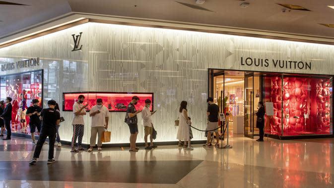 Pengunjung antre masuk toko Louis Vuitton di mal mewah Siam Paragon, Bangkok, Thailand, Minggu (17/5/2020). Thailand mengizinkan toko serba ada, pusat perbelanjaan, dan bisnis lainnya kembali dibuka untuk menghidupkan kembali ekonomi yang rusak akibat pandemi COVID-19. (AP Photo/Gemunu Amarasinghe)