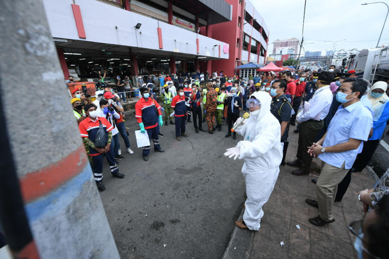 Housing and Local Government Minister Zuraida Kamaruddin carries out a public disinfection operation at a wet market in Jalan Othman March 31, 2020. The minister today accused the media of misinterpreting the words of the Health Director-General. — Bernama pic