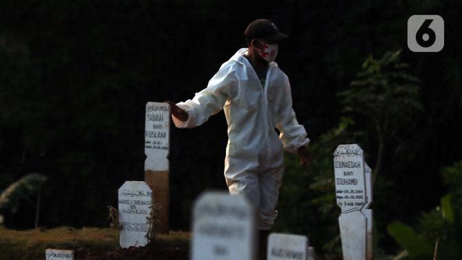 Petugas bersiap melakukan proses pemakaman jenazah pasien terinfeksi COVID-19 di TPU Pondok Ranggon, Jakarta, Selasa (8/9/2020). Pada Selasa (8/9), 31 jenazah pasien terinfeksi COVID-19 dimakamkan petugas di TPU Pondok Ranggon. (Liputan6.com/Helmi Fithriansyah)