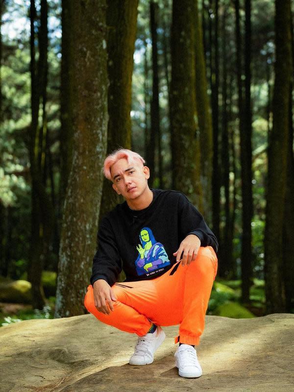 Biasa tampil dengan rambut gelap, Adipati Dolken curi perhatian dengan rambut warna pink. (Sumber: Instagram/@adipati)