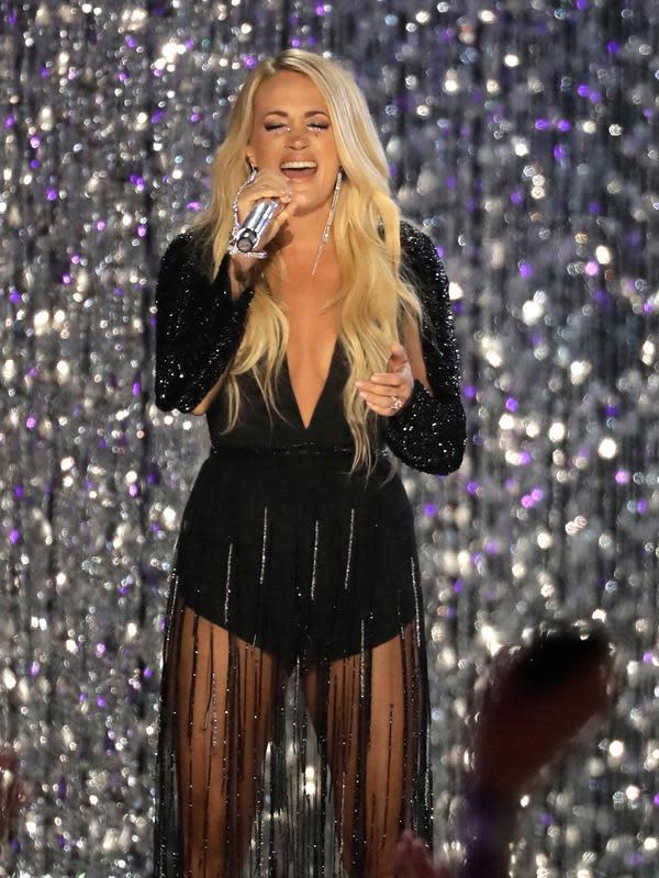 Aksi panggung Carrie Underwood saat membawakan lagu