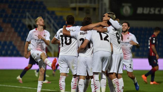 Brahim Diaz dari AC Milan merayakan bersama rekan satu timnya setelah mencetak gol kedua timnya, selama pertandingan sepak bola Serie A antara Crotone dan AC Milan, di Crotone, Italia, Minggu, 27 September 2020. (Francesco Mazzitello / LaPresse via AP)