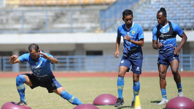 Supardi Nasir (paling kiri), saat berlatih bersama Persib Bandung. (Bola.com/Erwin Snaz)