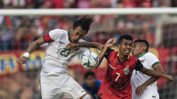 Kapten Timnas Indonesia, Hansamu Yama, duel udara dengan pemain Timor Leste pada laga SEA Games di Stadion MPS, Selangor, Minggu (20/8/2017). Indonesia menang 1-0 atas Timor Leste. (Bola.com/Vitalis Yogi Trisna)