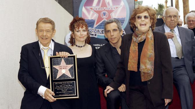 Jerry Stiller dan keluarganya. (AP Photo/Damian Dovarganes, File)