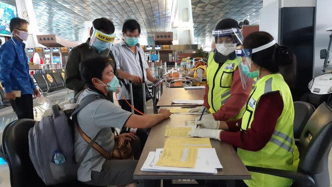 Pemeriksaan kesehatan calon penumpang oleh Kantor Kesehatan Pelabuhan (KKP) Bandara Internasional Soekarno Hatta. (Liputan6.com/Pramita Tristiawati)