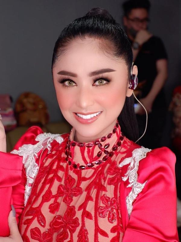 Potret Kostum Panggung Dewi Perssik. (Sumber: Instagram/dewiperssikreal)