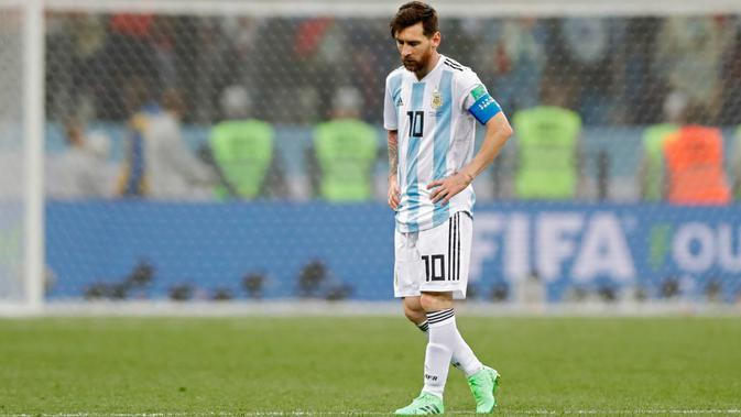 Kapten timnas Argentina, Lionel Messi berjalan di lapangan pada akhir pertandingan Grup D Piala Dunia 2018 melawan Kroasia di Nizhy Novgorod Stadium, Rusia, Jumat (22/6). Messi tidak melakukan satu tendangan pun hingga menit ke-64. (AP/Ricardo Mazalan)