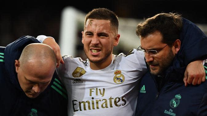 Eden Hazard mengalami cedera saat Real Madrid bersua Paris Saint-Germain pada laga kelima Grup A Liga Champions, di Santiago Bernabeu, Selasa (26/11/2019). (AFP/GABRIEL BOUYS)