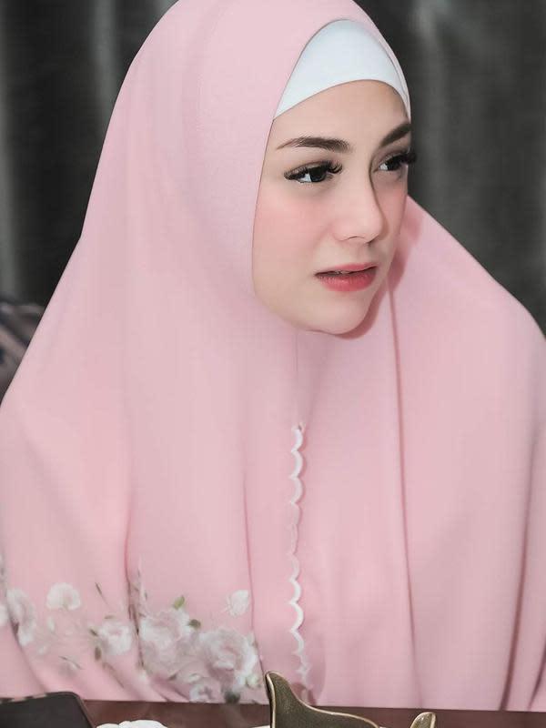 Penampilan Celine yang mengenakan hijab menarik perhatian warganet. Banyak yang memuji kecantikan Celine, tidak sedikit yang mendoakan keduanya. (Instagram/celine_evangelista)