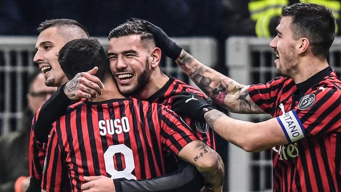 Pemain AC Milan Theo Hernandez (tengah) merayakan golnya ke gawang SPAL bersama Suso (kiri) dan Alessio Romagnoli pada babak 16 besar Coppa Italia 2019/2020 di Stadion San Siro, Milan, Italia, Rabu (15/1/2020). AC Milan menang 3-0. (Miguel MEDINA/AFP)