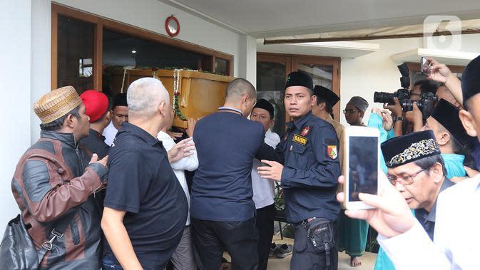 Keluarga membawa jenazah KH Salahuddin Wahid atau Gus Sholah untuk diberangkatkan menuju Jombang dari rumah duka di Tendean, Jakarta, Senin (3/2/2020). Gus Sholah akan dimakamkan bersebelahan dengan Abdurahman Wahid atau Gus Dur di Pondok Pesantren Tebuireng Jombang. (Liputan6.com/Herman Zakharia)
