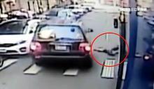 休旅車搶快超車 撞飛11歲放學男童