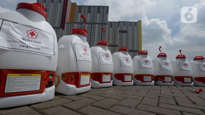 Peralatan petugas berjajar saat akan melakukan penyemprotan cairan disinfektan di Wisma Atlet Kemayoran, Jakarta Pusat, Sabtu (21/3/2020). Kementerian PUPR menyiapkan menara 1, 3, 6, dan 7 sebagai rumah sakit darurat virus corona COVID-19. (merdeka.com/Imam Buhori)