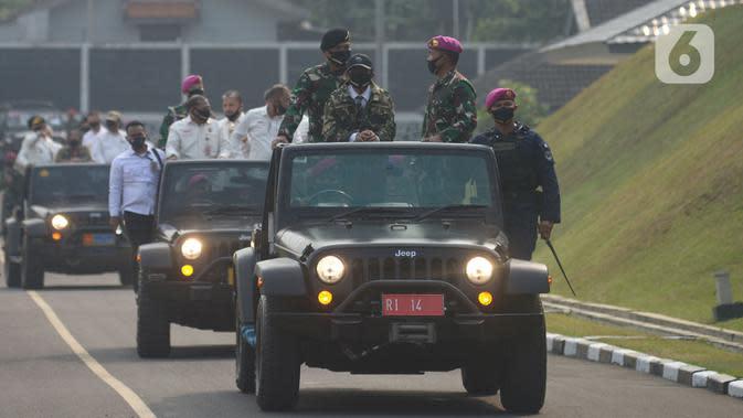 Menko Polhukam Mohammad Mahfud MD (kiri) bersama Komandan Korps Marinir (Dankormar) Mayor Jenderal TNI (Mar) Suhartono (kanan) saat melakukan kunjungan kerja ke Mako Korps Marinir, Cilandak, Jakarta, Rabu (29/7/2020). (merdeka.com/Imam Buhori)