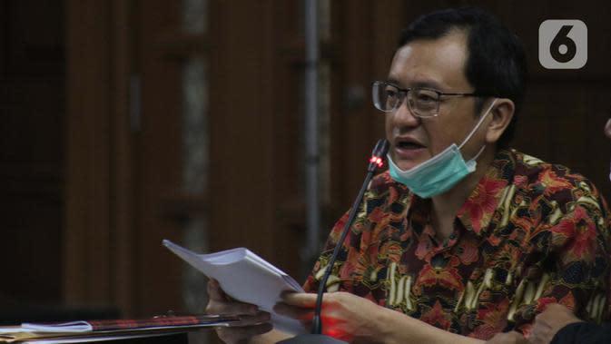 Terdakwa kasus dugaan korupsi di PT Asuransi Jiwasraya dari kalangan pengusaha, Benny Tjokrosaputro saat menjalani sidang lanjutan di Pengadilan Tipikor Jakarta, Senin (6/7/2020). Sidang mendengar keterangan saksi. (Liputan6.com/Helmi Fithriansyah)