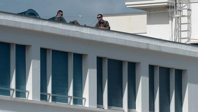 Dua tentara berjaga di atap Kasino Bellevue di Biarritz, Prancis barat daya 21/8/2019). KTT tahunan negara-negara Kelompok Tujuh (G7) ke-45 akan berlangsung 24 hingga 26 Agustus di resor tepi laut Biarritz, Prancis. (AFP Photo/Iroz Gaizka)