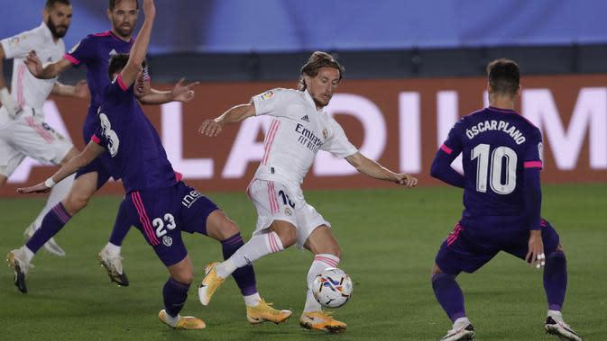 Gelandang Real Madrid, Luka Modric, berusaha melewati pemain Real Valladolid pada laga lanjutan Liga Spanyol di Estadio Alfredo Di Stefano, Kamis (1/10/2020) dini hari WIB. Real Madrid menang 1-0 atas Valladolid. (AP Photo/Manu Fernandez)