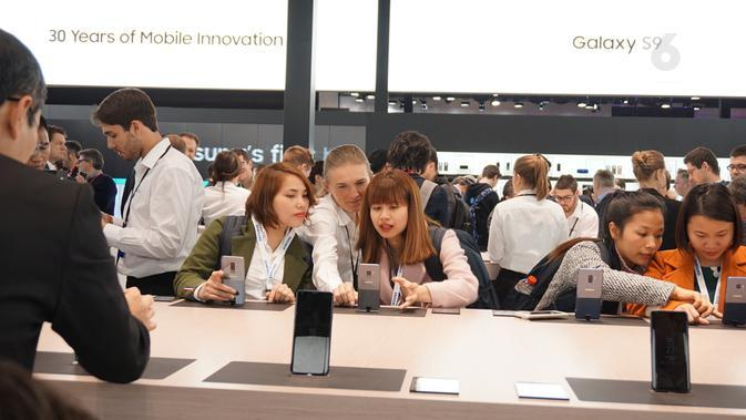 Pengunjung booth Samsung di MWC 2018 menjajal fitur-fitur kamera di Galaxy S9 (Liputan6.com/ Agustin Setyo W)