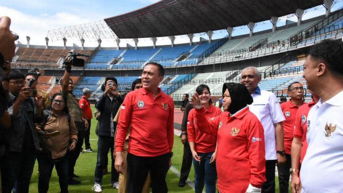 Ketua Umum PSSI Mochamad Iriawan bersama Wali Kota Surabaya Tri Rismaharini (Risma) meninjau lapangan ke Stadion Utama Gelora Bung Tomo (GBT) Surabaya pada Senin, 1 Februari 2020. (Foto: Liputan6.com/Dian Kurniawan)