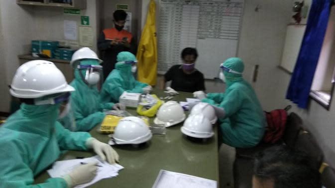 Seluruh ABK Kapal MV Aurora Cristine menjalani rapid test, usai nahkoda meninggal dunia mendadak di kamar. (Foto: Liputan6.com/Polres CIlacap)