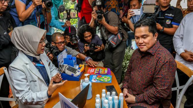 Menteri BUMN Erick Thohir mengunjungi salah satu gerai Kimia Farma di Jakarta.