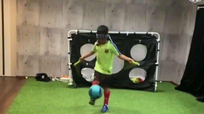 Geger, Bocah Juggling dengan Mata Tertutup dan Lompat Tali