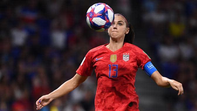 Penyerang Timnas Amerika Serikat, Alex Morgan, mengontrol bola saat melawan Inggris dalam laga Women's World Cup football 2019 di Prancis pada 7 Juli 2019. Amerika Serikat menang 2-1 atas Ingris.(AFP/Franck Fife)