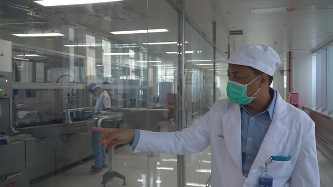 Kepala Bagian Pengemasan PT Bio Farma Yudha Bramanti menjelaskan area pengemasan vaksin, Rabu (12/8/2020). Bio Farma bekerja sama dengan tim peneliti vaksin Covid-19 Fakultas Kedokteran Universitas Padjadjaran Bandung sedang melakukan uji klinis tahap 3 vaksin corona. (Liputan6.com/Huyogo Simbolon)