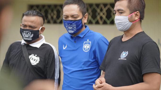 CEO PSIS Semarang, Yoyok Sukawi (tengah) bersama perwakilan suporter di Stadion Citarum, Semarang, Senin (18/5/2020). (Istimewa/ Ofisial PSIS Semarang)
