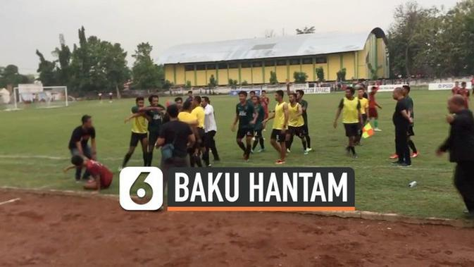 VIDEO: Detik-Detik Pemain Bola Baku Hantam di Lapangan