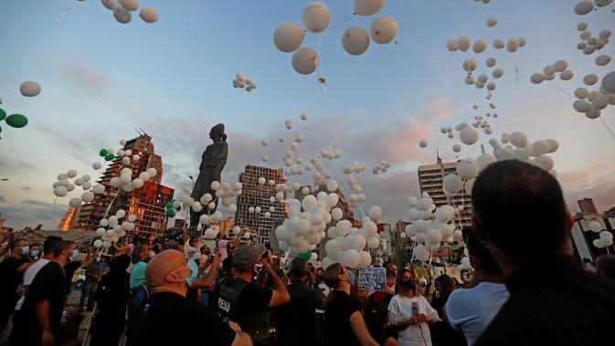 Sejumlah balon diterbangkan dalam upacara untuk memperingati peristiwa ledakan pelabuhan 4 Agustus di Beirut, Lebanon, 4 Oktober 2020. Dua ledakan yang mengguncang Pelabuhan Beirut menghancurkan sebagian kota dan menewaskan sekitar 190 orang serta melukai 6.000 lainnya. (Xinhua/Bilal Jawich)