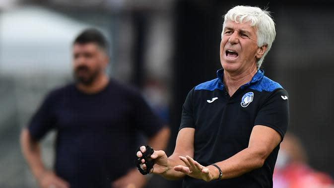 Pelatih Atalanta, Gian Piero Gasperini, memberikan arahan kepada pemainnya saat melawan Napoli pada laga lanjutan Serie A pekan ke-29 di Gewiss Stadium, Jumat (3/7/2020) dini hari WIB. Atalanta menang 2-0 atas Napoli. (AFP/Miguel Medina)