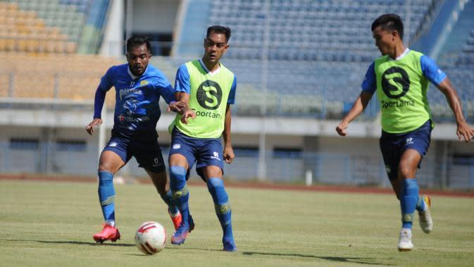 Pemain Persib Bandung Omid Nazari berebut bola dengan Zulham Zamrun dalam sesi gim internal di Stadion Gelora Bandung Lautan Api, Sabtu (22/8/2020). (MO Persib Bandung)