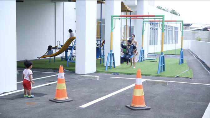 Suasana di sore hari saat penghuni Rusunami Klapa Village, Pondok Kelapa, Jakarta Timur sedang bermain di playground yang tersedia. (Foto: Liputan6.com/Zulfikar Abubakar).