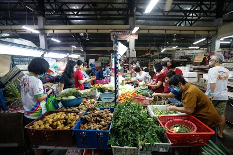 Customers shop for vegetables at the Taman Selamat Wet Market in Bukit Mertajam March 25, 2020. — Picture by Sayuti Zainudin