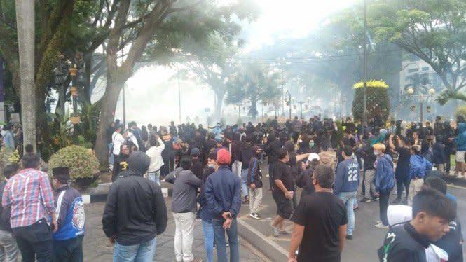 Demo Ricuh, Kaca Gedung DPRD Kota Malang dan Bus Polisi Pecah