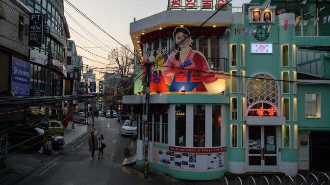 Tampilan luar Pyeongyang Bar di Distrik Hongdae, Seoul, Korea Selatan, Jumat (10/1/2020). Pyeongyang Bar menawarkan sensasi kehidupan malam Korea Utara kepada pengunjungnnya. (ED JONES/AFP)