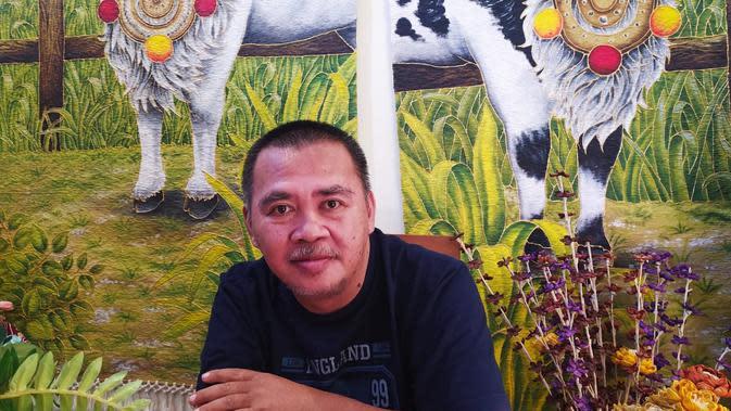 Budayawan lokal Garut Franz Limiart, saat ditemui di rumah sekaligus kantornya galeri Zocha (Socha atau mata), Garut Kota, Garut, Jawa Barat. (Liputan6.com/Jayadi Supriadin)