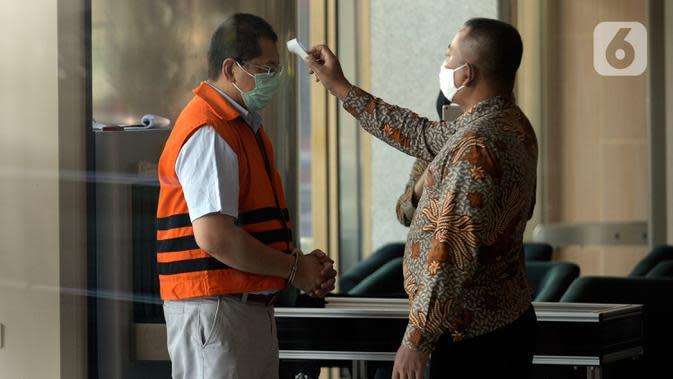 Mantan Direktur Niaga PT Dirgantara Indonesia, Irzal Rinaldi Zailani tiba untuk menandatangani berkas perpanjangan masa penahanan di Gedung KPK, Jumat (26/6/2020). Irzal merupakan tersangka kasus dugaan korupsi kegiatan penjualan dan pemasaran pesawat PTDI tahun 2007-2017. (merdeka.com/Dwi Narwoko)