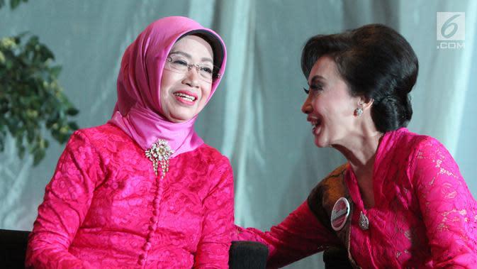 Ibunda Presiden Joko Widodo, Sudjiatmi Notomiharjo (kiri) saat menghadiri gelaran penghargaan Perempuan Tangguh Award 2018 di Rumah Pertiwi, Jakarta, Sabtu (22/12). Sudjiatmi menerima Perempuan Tangguh Award 2018. (Liputan6.com/Helmi Fithriansyah)